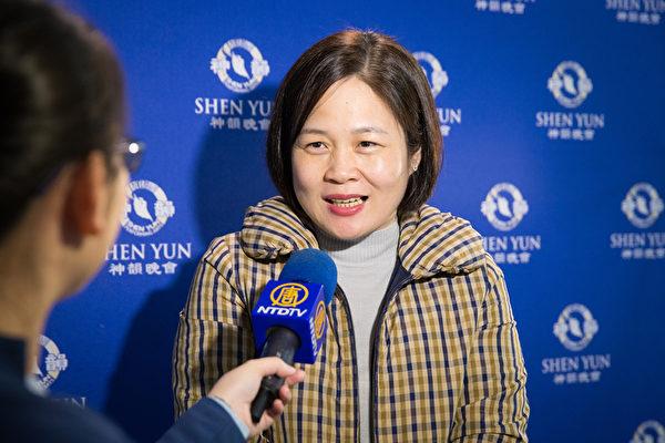 3月18日晚间,新北市议员高敏慧观赏神韵世界艺术团在新北市台湾艺术大学台艺表演厅的演出。(陈柏州/大纪元)