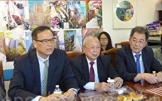 利勇民(左一)17日拜会中华总商会,为6月28日的初选拉票。(蔡溶/大纪元)