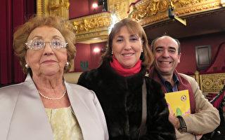 2016年3月18日,政府官員Concepcion Surinas女士和母親及丈夫專門乘飛機來巴塞羅那觀看神韻。(文華/大紀元)