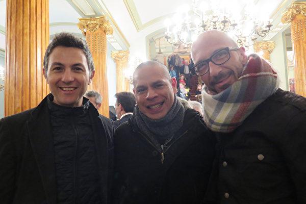 3月18日,Joaquin Carre?o Garcia(右)和William Mejias(中)与友人一起观看了神韵2016年在西班牙的最后一场演出。(文华/大纪元)