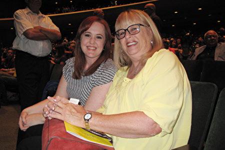 前舞蹈演員Kelly O'Mary和母親Liz O'Mary觀賞了2016年3月19日下午神韻在長灘市的首場演出。(劉菲/大紀元)