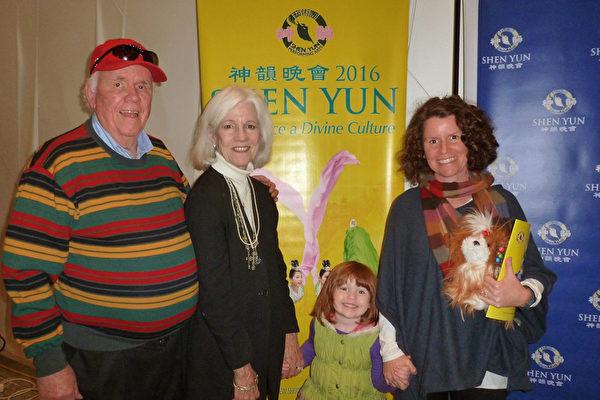 Charlie Hansen(左1),太太Nancy Hansen(左2),外孙女(右2),女儿Jessica Millar(右1)一家三代观看神韵巡回艺术团在圣安东尼奥特宾表演艺术中心的第二场演出。(吴香莲/大纪元)
