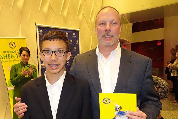 财务总监Tracy Peterson和儿子Eric一同欣赏了3月19日晚的神韵演出后赞叹每一个节目都独具匠心。(余欣然/大纪元)
