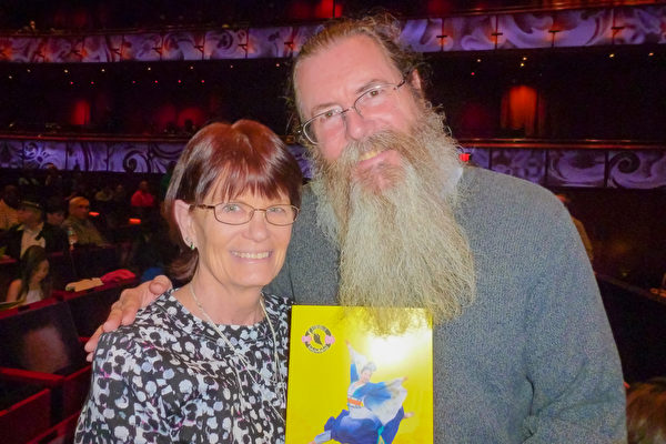 Tim Burkard和太太一起欣赏3月19日晚,神韵巡回艺术团在圣安东尼奥特宾表演艺术中心的第三场演出。(吴香莲/大纪元)