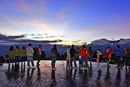 阿里山花季期间,游客络绎不绝,除了赏花外,阿里山 森林游乐区的小笠原山观景平台等景点,值得游客好好 观赏景致的美感。 (嘉义林管处提供/中央社)