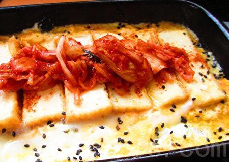 蛋豆腐排佐上韓風辣辣甜甜的泡菜。(家和/大紀元)