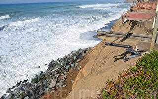 遭海量侵蚀的岸边与房屋。(章德维/大纪元)
