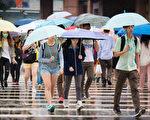 氣象局16日上午發布陸上強風及大雨特報,台北巿、新 北巿、桃園市、基隆市及新竹縣升級為豪雨特報,其他 4縣巿大雨特報,包括苗栗縣、台中市、新竹市及彰化 縣。 (陳柏州/大紀元)