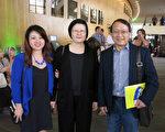 美國中華藝術學會前會長林正賢當天跟妻女又一次來觀賞神韻晚會。(李旭生/大紀元)