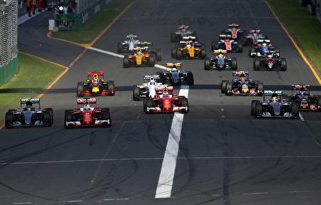 在進入第一個彎道前,從第二排發車的兩輛法拉利紅色賽車衝到了最前面。(Lars Baron/Getty Images)
