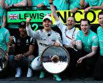 梅赛德斯车队两位车手罗斯伯格(中)和汉密尔顿(左二)赢得冠亚军。 (Mark Thompson/Getty Images)