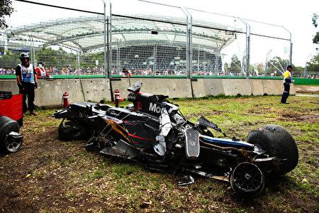 阿隆索駕駛的邁凱輪MP4-31賽車被撞得面目全非。(Robert Cianflone/Getty Images)