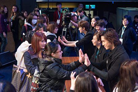 陳楚河(左)、賴雅妍《愛上哥們》亞洲巡迴見面會台北首場見面會最後,與粉絲進行擊掌活動。(三立提供)