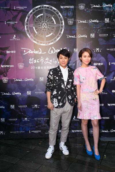 图右起为林芯仪、叶秉桓在台北受邀参加一场时尚走秀。(种子音乐提供)
