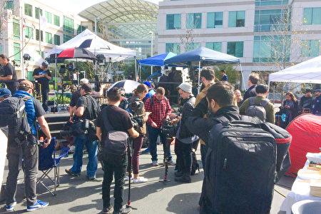 3月21日,苹果总部门口 一大堆媒体准备进去拍刚刚发布的iPhone SE。(林骁然/大纪元)