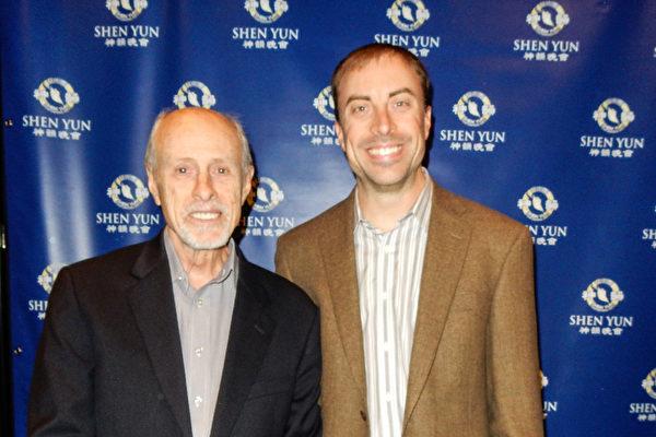 2016年3月21日晚,专业制片人、艺术家Jim Crill先生(左)与儿子Nick Crill一起欣赏了神韵在奥斯汀的首场演出。(陈香君/大纪元)