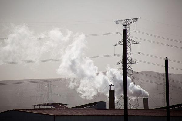 綠色和平組織於3月22日發表研究報告稱,全球煤炭工廠所耗用的水資源,足以供應全球10億人口所需。圖為內蒙古一處煤礦的煙囪。(GOU YIGE/AFP/Getty Images)