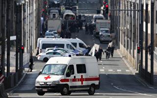 比利时首都布鲁塞尔今晨(3月22日)发生致命恐怖袭击,引发国际谴责。数小时后,武装警察在布鲁塞尔市中心逮捕两名男子。(Carl Court/Getty Images)