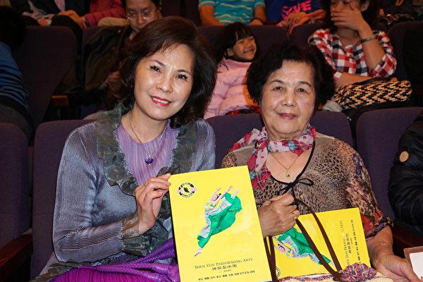 日本纸艺老师朱美珍(左)与母亲,社会局传承大使锺秀代(右),观赏神韵22日晚间在高雄的首场演出,她已连续10年观赏神韵,未曾中断。(李怡欣/大纪元)