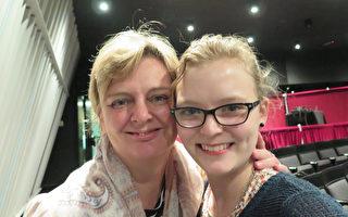 舞蹈演員Linn Bell(右)和母親Rosita Pascal女士認識到,傳統比科技更重要。(文華/大紀元)