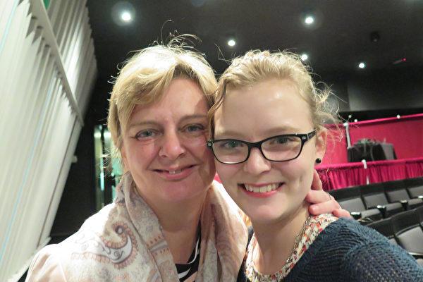 舞蹈演员Linn Bell(右)和母亲Rosita Pascal女士认识到,传统比科技更重要。(文华/大纪元)