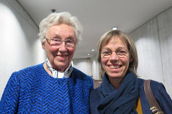 Catherine Carre女士(右)和母亲非常相信神韵传递的信息。(文华/大纪元)