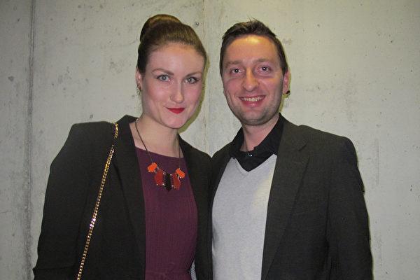 3月22日晚,Thomas Vandemeulebroucke先生和太太一起观看神韵演出。(麦蕾/大纪元)