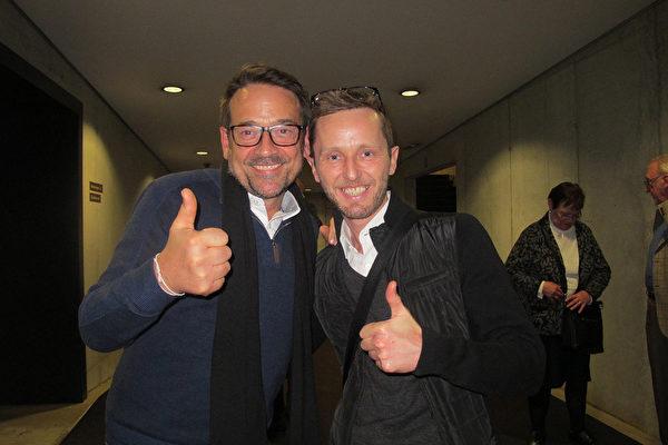 2016年3月22日晚,比利时服装公司经理Frederic KARLOWSKI(右)和GEERT一起观看神韵。(麦蕾/大纪元)