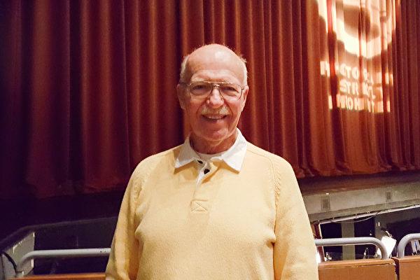 音乐人Hans Phillips2016年3月22日晚看完神韵纽约艺术团在大洛杉矶千橡市的首场演出后表示,从没见过如此协和的乐团,观赏神韵是一个莫大的享受。(Than Le/大纪元)