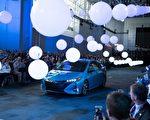 2016纽约国际车展内部新车发布会3月23日开启,为期两天的发布会将有20余家车厂现场揭开其最新车款的面纱。图为2017_丰田Prius Prime。(戴兵/大纪元)