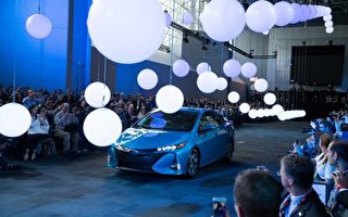 2016紐約國際車展內部新車發佈會3月23日開啟,為期兩天的發布會將有20餘家車廠現場揭開其最新車款的面紗。圖為2017_丰田Prius Prime。(戴兵/大紀元)