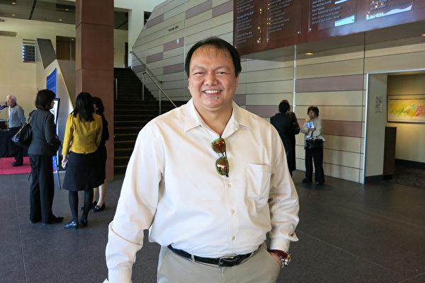 3月23日下午,美国红十字会加州中部地区首席执行官Jim McGee先生观看了神韵纽约艺术团在千橡市的演出。(新唐人提供)