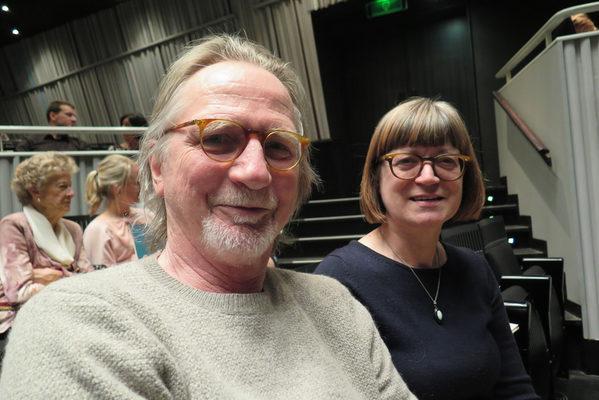 商店女老板Rita 和海洋工程师Morines观赏了3月23日晚比利时布鲁日的神韵演出。(文华/大纪元)