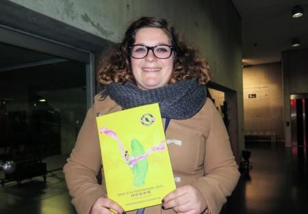 宗教老师Froka Delbarde女士观赏了3月23日晚在比利时布鲁日的神韵演出。。(文华/大纪元)