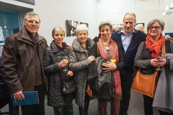 女诗人Lucy Vrebos(左二)和亲戚Gerth,Gerth的弟弟(左一)一行六人共同观赏了美国神韵国际艺术团3月23日在比利时布鲁日的演出。 (章乐/大纪元)