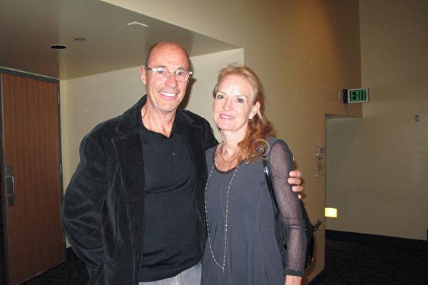 金融分析师 Carlos Lluch与妻子Betsy Lluch于3月23日在千橡市的市民艺文广场弗莱德卡夫利剧院(Fred Kavli Theater)观赏了神韵纽约艺术团的演出。(刘菲/大纪元)