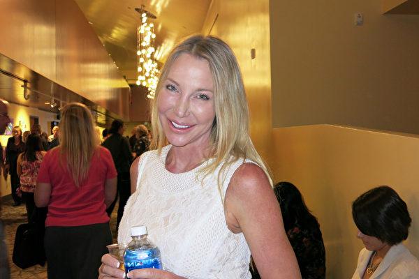 视觉艺术设计师Lumina Love女士于3月23日晚在千橡市市民艺文广场福来德?卡维礼剧院(Fred Kavli Theater)观赏神韵纽约艺术团的演出。(任一鸣/大纪元)