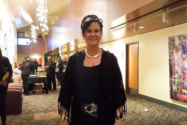 3月23日晚,前芭蕾舞演员Susan Palbykin观看了美国神韵纽约艺术团在南加州千橡市的市民艺文广场福来德?卡维礼剧院(Fred Kavli Theater)举行的第三场演出。(Thanh Le /大纪元)