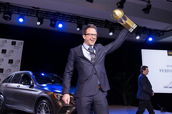 奥迪R8夺得世界年度性能车奖。图为2016世界年度车大奖(World Car Awards)在3月24日纽约国际车展举行了颁奖仪式的领奖现场。(戴兵/大纪元)