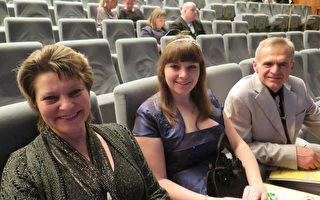 經濟學家Lenka Přerovská女士和丈夫Bohuslav Přerovský以及女兒Anna一起觀賞了神韻在布爾諾的第二場演出。(文華/大紀元)