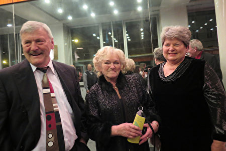 退休建筑师Kuřitka先生(左)与Miklová女士(中)3月26日晚观看了捷克布尔诺的神韵演出。(文华/大纪元)