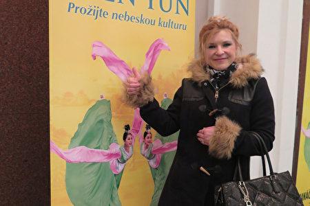 食品业女商人Lenka3月26日晚在捷克布尔诺观看了神韵。(文华/大纪元)