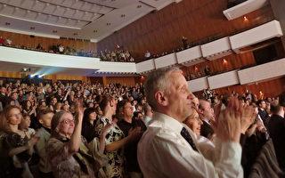 2016年3月26日晚,神韻在捷克布爾諾的第二場演出結束時,滿場觀眾紛紛起立鼓掌,向藝術家揮手致意。(文華/大紀元)