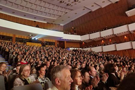 2016年3月26日晚,神韵在布尔诺的第二场演出满场,开演前观众早早就等在剧院。(文华/大纪元)