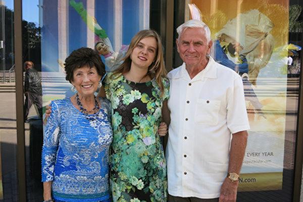 小说家Peggy Leslie(左)和先生Gene Leslie及孙女Charis Hagen于3月26日下午在圣地亚哥市政剧院观看了神韵晚会。(李旭生/大纪元)