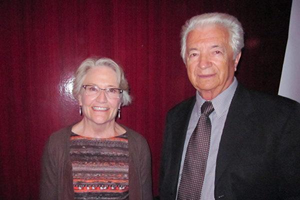 律师兼音乐家Kathryn Thickstun和友人观看了3月26日晚神韵纽约艺术图在圣地亚哥市政剧院的演出,表示非常享受。(杨婕/大纪元)