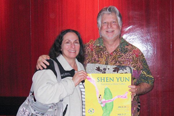 商业房地产投资公司总裁Ken Blackman和太太Sue Blackman 3月26日晚观看神韵演出,认为神韵将一个具有很长历史的文明重新展现在舞台上,每一个节目都是久经历史考验的杰作。(方圆/大纪元)