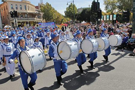 法輪大法第一方陣是威武雄壯的天國樂團。(陳明/大紀元)