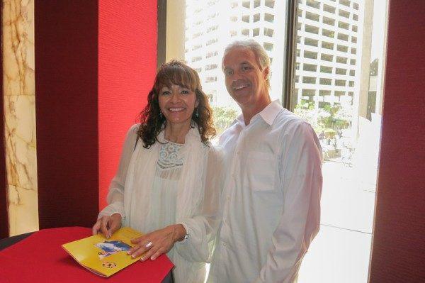 会计师Lucille Villapando(左)和朋友Bill Bindscio观看了2016年3月27日下午在圣地亚哥市政剧院(San Diego Civic Theatre)举行的神韵晚会。(李旭生/大纪元)