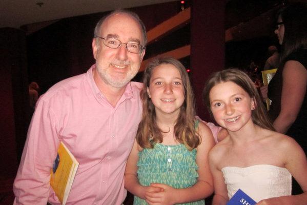 2016年3月27日下午,上诉律师David Ozeran带着两个女儿观看了神韵纽约艺术团在圣地亚哥市政剧院的演出。(杨婕/大纪元)